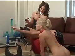 Lesbian slave Kelly Summer is blowing some tunes her latex mistress Ania '_s pussy
